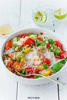 Tajska sałatka z makaronem ryżowym, krewetkami i pomidorkami koktajlowymi Skł...