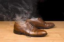 Jak zrobić odświeżacz do butów Do dwóch, trzech łyżeczek sody oczyszczonej dodaj po jednej, dwóch kropli olejków z drzewa herbacianego, miętowego, rozmarynowego i lawendowego. M...