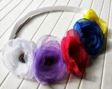 Wianek do włosów na gumce z woalowych małych kwiatków z ozdobnymi środkami z kolorowych koralików.