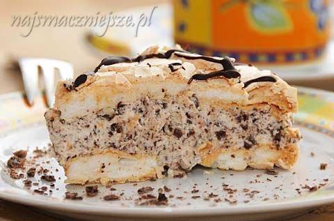 Tort bezowy z kremem Straciatella  Składniki: Beza: - 4 dobrze schłodzone białka - 170 g cukru pudru - 1 łyżeczka soku z limonki - 1 łyżka mąki ziemniaczanej - ewentualne sól Krem: - gorzka czekolada - 330 ml śmietanki 30% - 10 g cukru pudru (1 łyżka) – niekoniecznie rzygotowanie: Beza: Schłodzone białka ubić na sztywną pianę (ja dodaję zawsze szczyptę soli), cały czas ubijając dodawać stopniowo cukier puder, następnie sok z limonki a na końcu mąkę ziemniaczaną. Na papierze do pieczenia narysować dwa równe okręgi i wypełnij je pianką. Bezy piec w piekarniku rozgrzanym do 140°C przez około godzinę (aż będą suche). Po tym czasie wyłączyć piekarnik, uchylić drzwiczki i tak pozostawić aż bezy ostygną. Pod koniec pieczenia włączyłam termoobieg, bezy nabrały ciemniejszego koloru. Krem: Czekoladę zetrzeć na tarce o grubych oczkach (ja zrobiłam to maszynką elektryczna). 300 ml śmietanki ubić na sztywną pianę, następnie dodać do niej około 70 g startej czekolady i delikatnie wymieszać. Do kremu można dodać cukier puder aby nadać mu słodszy smak, ale bezy są wystarczająco słodkie więc można go ominąć. Przestudzone blaty bezy wyjąć z piekarnika, jeden blat ułożyć na talerzu, posmarować go kremem i delikatnie przykryć drugim blatem lekko dociskając. Resztę czekolady podgrzać z pozostałą śmietanką, dokładnie wymieszać i udekorować tort. Schłodzić. Tort bezowy najlepiej smakuje gdy postoi przez noc w lodówce.