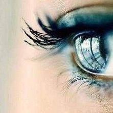 ludzie nie patrzą na oczy, patrzą na usmiech a własnie oczy wyrażają uczucia ..