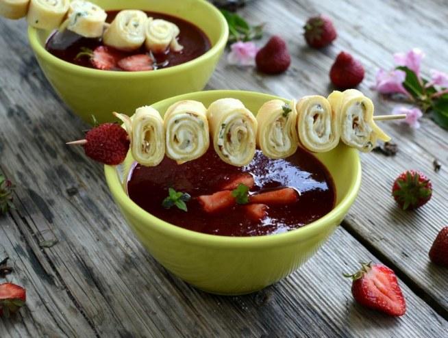 Zupa truskawkowa z naleśnikiem :  Składniki:      truskawki 500g,     sok por...