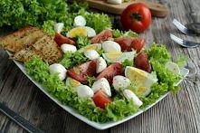 Sałatka z mozzarellą i pomidorami   Składniki:      mozzarella w kulkach 150g,     1/2 główki sałaty,     2 pomidory,     2 jajka,     4 kromki chleba tostowego,     przyprawa d...