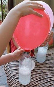 Jak zrobić hel?  Potrzebne: Plastikowa butelka Ocet Proszek do pieczenia Balon Jak zrobić? Do plastikowej butelki wlej pół litra octu. Dodaj do tego proszek do pieczenia i szybk...