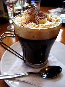 Kawa po wiedeńsku  Składniki: - 1 łyżeczka czekolady w proszku, - 1 łyżeczka cukru, - 50 ml tłustego mleka (3,2%), - 200 ml świeżo zaparzonej kawy  Przygotowanie: Mleko (chłodne...