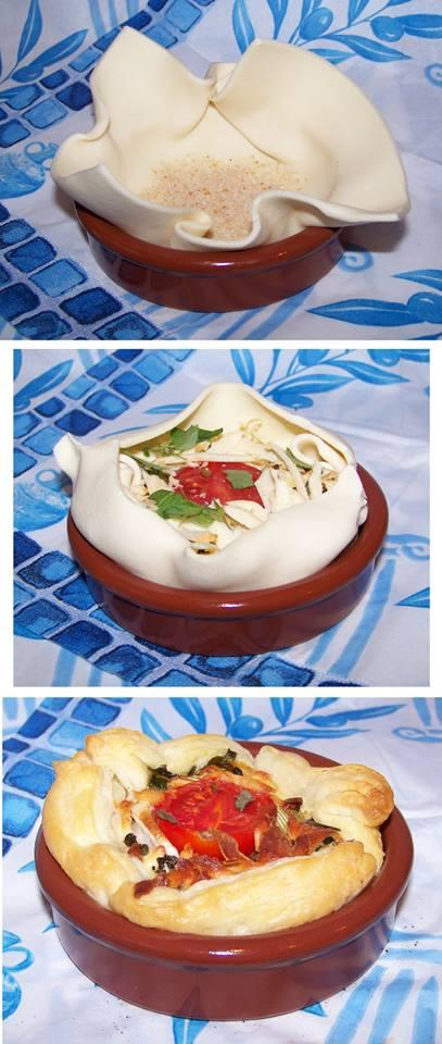 """""""Francuskie dziadki z bakłażanem i oscypkiem""""    Jest to świetna, prosta i niedroga przekąska, doskonała na lekką kolację lub jako dodatek do dania głównego.  Do jej przygotowania potrzebujemy żaroodporne miseczki Cazuela o średnicy 10 cm.   Przepis na 6 porcji:   Składniki: • 1 płat ciasta francuskiego (my użyliśmy ciasta z Biedronki) • 6 łyżeczek bułki tartej, • 1 średniej wielkości bakłażan, • 1 cukinia podobnej wielkości jak bakłażan, • 1 cebulka dymka, • pomidorki koktajlowe, • 6 łyżek tartego oscypka (można oczywiście użyć zamiennie sera żółtego), • sól, pieprz, mielona czerwona papryka, świeże listki oregano. • kilka łyżek oliwy.   Wykonanie:  1. Bakłażna i cukinię kroimy wraz ze skórką na kostkę o boku około 1 cm. Mieszamy razem, solimy i odstawiamy na 15 minut aż puszczą soki.  2. Następnie na dużej cazueli lub patelni rozgrzewamy oliwę i smażymy na niej bakłażana z cukinią na wolnym ogniu przez 10 minut aż będą miękkie.  3. Ciasto francuskie dzielimy na 6 części - wychodzą kwadraty o boku około 13 cm.  4. Cazuele delikatnie wykładamy ciastem (cazueli nie smarujemy wcześniej niczym).  5. Na dno ciasta francuskiego sypiemy łyżeczkę bułki tartej. Wchłonie ona wilgoć z bakłażana co pozwoli wyrosnąć ciastu.  6. Na ciasto wykładamy bakłażana z cukinią, połówkę pomidorka, posiekaną cebulkę dymkę. Posypujemy pieprzem i papryką. Nie solimy ponieważ oscypek jest już wystarczająco słony.  7. Całość posypujemy tartym oscypkiem i posiekanym oregano.  8. Rogi ciasta ..."""