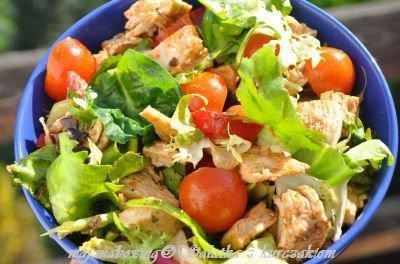 Sałatka z kurczakiem Składniki:  *mix sałat   *pierś z kurczaka  *pomidorki koktajlowe  *papryka czerwona  *sól, pieprz  *oliwa  *ocet balsamiczny  *przyprawa do gyrosa lub do kuchni włoskiej lub świeże zioła (czasem dodaję świeżą bazylię, tymianek)      Wykonanie:  Pierś z kurczaka ugrillować na patelni grillowej. Do miseczki wrzucić sałaty, pokrojone pomidorki, pokrojoną paprykę oraz pokrojoną pierś z kurczaka. Doprawić solą, pieprzem, przyprawą, ziołami. Polać oliwą i octem balsamicznym , wymieszać. Można dodać pestki słonecznika, ogórka świeżego, rzodkiewkę.