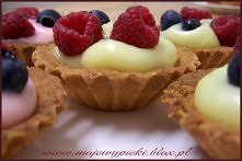 Kruche, kolorowe, owocowe babeczki z budyniem. Wszystkim się podobają i zawsze dobrze smakują :-)  Składniki na kruche ciasto:  2 szklanki mąki pszennej, najlepiej krupczatki 1/...