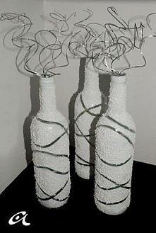 Na butelki nakładamy gumki recepturki; Pomalowane butelki zostawiamy do wysch...