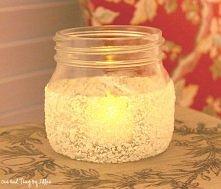 to wykonania takiej świeczki będą nam potrzebne :  - słoik  - sól do kąpieli  - klej uniwersalny (przeźroczysty) - taśma, może być izolacyjna, dwustronna itp.   1. Taśmą oklejam...