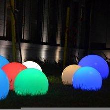 Świecące całoroczne kule ogrodowe Terra. Tutaj w wersji z oszczędną żarówką LED zmieniającą kolory na pilota. Dostępne w 3 wersjach rozmiarowych. Do kupienia na: LEDco.pl