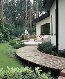drewniana ścieżka w ogrodzie