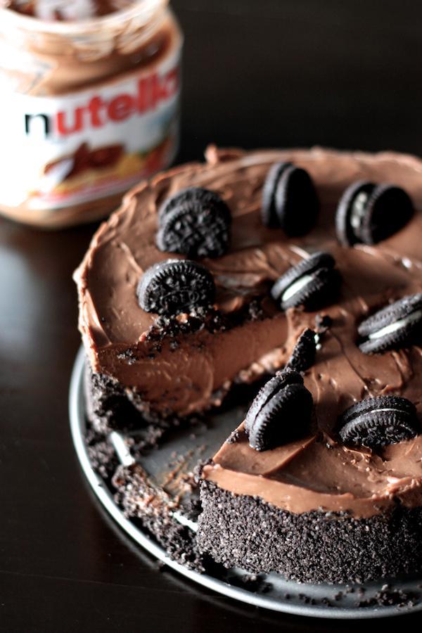 Serniczkowy torcik na zimno z Nutelli & ciasteczek Oreo     Składniki: serek Philadelphia 250 g, Nutella 250 g, cukier puder 60 g, 3 lub 4 małe opakowania ciasteczek Oreo z kakaowym nadzieniem, 1/3 małej osełki masła     20 ciasteczek rozgnieć w misce na drobne kawałeczki (zarówno część kruchą jak i kremowy środek). Dodaj roztopione masło i wymieszaj. Przygotuj tortownicę o średnicy 20 cm i jej spód wyłóż masą z ciasteczek. Włóż do lodówki i zajmij się serowym kremem.     Serek Philadelphia zmiksuj z cukrem. Dodaj Nutellę i miksuj tak długo aż całość będzie naprawdę gładka i apetyczna. Wlej powstały krem do tortownicy ze schłodzonym ciasteczkowym spodem.     Na wierzchu udekoruj ciasteczkami - możesz ułozyć z nich serce albo po prostu nieregularnie powbijać. Schowaj do lodówki na przynajmniej 5 godzin. Po wyjęciu serniczek jest gotowy do jedzenia!
