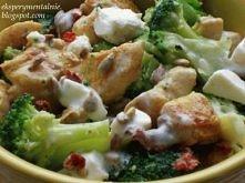 Brokułowa sałatka z kurczakiem i fetą;  przepis w komentarzu