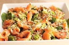 Sałatka z brokułami i wędzonym łososiem  SKŁADNIKI: 3-4 różyczki brokuła 2 garście świeżego szpinaku 2 łyżki pestek słonecznika 80 g wędzonego łososia dressing: 1 łyżeczka łagod...