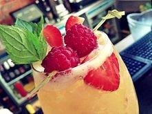 Pineapple Cobbler - połączenie świeżych owoców, Amerykańskiej Whiskey, syropu waniliowego i wody sodowej.