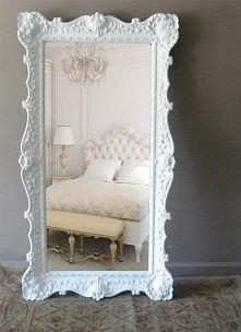 Piękne białe lustro w sypia...