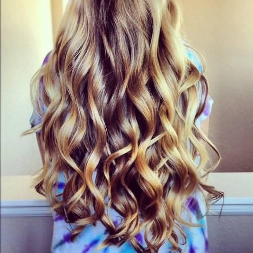 Genialna maseczka na zniszczone włosy. Po niej włosy stają się miękkie , lśniące i szybciej rosną .  Efekty gwarantowanie .!  Składniki: 2 łyżki stolowe miodu 3 łyżki stołowe oliwy z oliwek Mieszamy dokladnie w mikserze. Nakładamy maseczkę na włosy owijamy glowę folią a następnie ręcznikiem. Maseczkę zmywamy po 15 minutach szamponem i dobrze spłukujemy wlosy.