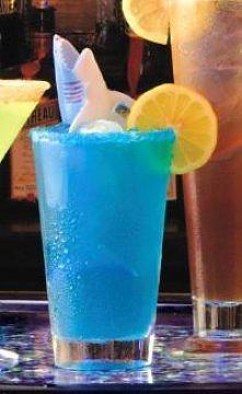 Blue Lagoon  Składniki: 40ml wódka 40ml blue curacao splash sprite/lemoniada Przygotowanie: Likier blue curacao oraz wódkę przelać do szklanki do long drinków wypełnionej kostka...