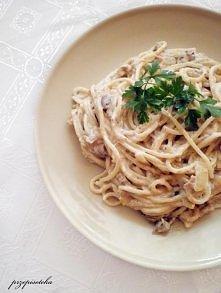 Spaghetti z tuńczykiem w sosie śmietanowym Składniki (2 porcje):  200 g spaghetti 185 g tuńczyka w oleju słonecznikowym (1 puszka) 200 g pieczarek 2 cebule 400 g śmietany 12% só...