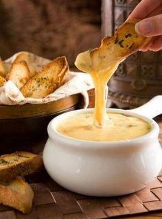 Zupa Serowa  Co kupić 1 litr bulionu  250 g serka topionego (śmietankowego) 2 cebule, pokrojone w kosteczkę 2 ząbki posiekanego czosnku garść posiekanej pietruszki garść posiekanej cebuli dymki sól  biały pieprz   Na rozgrzaną patelnię wlewamy oliwę. Cebulę i czosnek szklimy na oliwie. W rondlu podgrzewamy bulion, dodajemy pokrojone w mniejsze kawałki serki topione i dokładnie mieszamy. Gotujemy cały czas, aż serki się całkowicie rozpuszczą. Kiedy serek rozpuści się w bulionie, dodajemy usmażoną cebulę z czosnkiem. Całość gotujemy i doprawiamy solą i pieprzem.Zupę najlepiej serwować z grzankami, posypaną posiekaną pietruszką i drobno posiekaną cebulą dymką. Grzanki przygotowujemy z jasnego lub ciemnego pieczywa, podsmażając pokrojone w kostkę kromki chleba lub bułki na rozgrzanym maśle, aż się ładnie zarumienią.