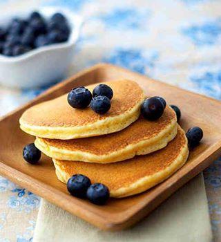 AMERYKAŃSKIE NALEŚNIKI:  Składniki: -3 jajka -1/2 szklanki mąki pszenej -1 łyżeczkę proszku do pieczenia -delikatnie ponad 1/2 szklanki mleka -szczypta soli -jogurt naturalny  Przepis: Oddzielić żółtka od białek. Do żółtek dodać mąkę, proszek do pieczenia i mleko, po czym zmiksować składniki na gładkie ciasto. Gotowe ? Możecie się zająć białkami. Trzeba je ubić ze szczyptą soli i delikatnie wymieszać z ciastem. Rozgrzać patelnię (najlepiej teflonową) i wlewać porcję ciasta wielkości naszych placków. Kiedy brzegi ciasta będą złote, można nałożyć na nie co tylko sie chce - na przykład maliny, albo jagody. Mogą to być kawałki jabłka, gruszki czy ananasa. Potem należy przewrócić placek na drugi bok i też go zrumienić. Placek na talerz, jogurt naturalny jako dodatek i juz !