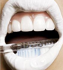 Co robić, żeby mieć BIAŁE ZĘBY? 10 sposobów na BOSKI uśmiech!  Po pierwsze: Szczotkuj jak należy  Większość ludzi podczas szczotkowania zębów zdziera z nich cenną warstwę szkliwa, co może sprawić, że uśmiech z czasem żółknie. Aby tego uniknąć, stosuj miękką szczoteczkę. Myj zęby minimum dwa razy dziennie po dwie minuty. Dla ekstra efektu, również po obiedzie. Po prostu kup szczoteczkę i pastę, i wrzuć do biurka w pracy. Po lunchu wyszczotkuj i patrz jak z dnia na dzień robią się perłowe!  Po drugie: W elektryce siła  Zwykła szczoteczka może dawać dobre rezultaty, ale spektakularne uzyskasz tylko stosując szczoteczkę elektryczną. Nie dość, że zwalcza płytkę nazębną, to jeszcze stymuluje dziąsła. Najnowsze szczoteczki mają timery, aby kontrolować czas szczotkowania.  Po trzecie: Używaj pasty wybielającej  Przecież to jasne. Profesjonalne pasty kupisz w aptece. Zawierają zarówno tlenek wapnia i sodę oczyszczoną, które rozpuszczają przebarwienia i wzmacniają szkliwo. Potrzebujesz szybkiego rozwiązania? Szukaj past, które już po pierwszym użyciu dają efekt optycznego wybielenia - wszystko dzięki niebieskiemu barwnikowi, który na chwilę przykleja się do zębów, czyniąc je bardziej białymi.  Po czwarte: Otwórz wodę utlenioną  Woda utleniona i soda oczyszczona tworzą duet nie do pokonania. Wymieszaj łyżkę wody utlenionej i dwie łyżki sody. Powstałą pastą szczotkuj zęby. Albo płucz jamę ustną płynem z dodatkiem wody utlenionej.  Po piąte: Zestawy do domowego wybielania zębów  Najwię...