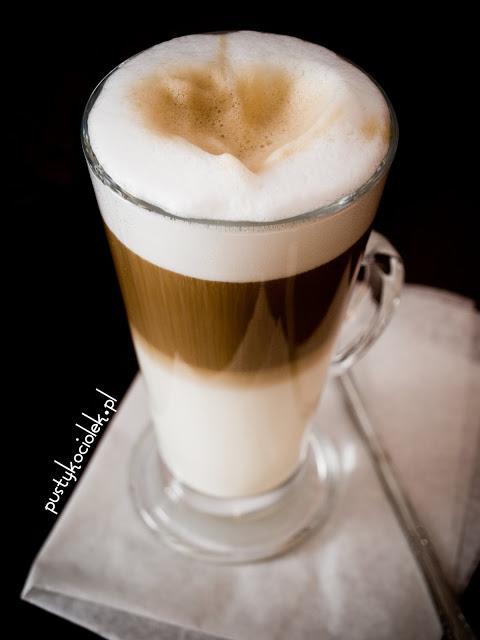 Domowe latte, bez ekspresu:) idealne na zimowe wieczory Składniki: bardzo ciepłe mleko, ok 1/2 szklanki zaparzona kawa, ok 1/3 szklanki cukier waniliowy Mleko podgrzać, wlać do wysokiej (docelowej) szklanki i spienić dodając trochę cukru waniliowego. (jężeli nie macie spieniacza do mleka możecie użyc po prostu miksera lub blendera) Dobrze spienione mleko powinno zajmować ok 2/3 wysokości szklanki. Do tego bardzo wolno, a najlepiej łyżeczka po łyżeczce dodawać kawę lejąc ją w środek mlecznej pianki. :)
