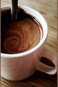 Pomysł na szybka gorącą czekoladę :) Wystarczy wziąć: - 1 szklankę mleka - 1 czubatą łyżeczkę nutelli Wlać mleko do garnuszka, dodać nutelle i mieszać do efektu rozpuszczenia si...