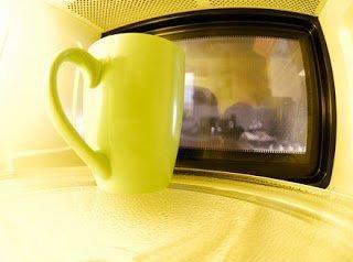 """11 niezwykłych zastosowań kuchenki mikrofalowej  1. Mikrofalówka i przyprawy Mikrofalówka zwiększy aromat przypraw. Wystarczy wstawić je do mikrofali na 30 sekund na pełną moc.  2. Mikrofalówka i czerstwy chleb Mikrofalówka """"odświeży"""" czerstwy chleb. Zawiń chleb w ręcznik papierowy i wstaw na minutę do mikrofalówki ustawionej na pełną moc. Ten zabieg sprawi, że chleb będzie jak nowy.  3. Mikrofalówka i migdały Migdały będzie łatwiej obrać jeżeli włożymy je do gorącej wody a następnie do mikrofalówki i będziemy ogrzewać przez 30 sekund na pełnej mocy. W podobny sposób pozbędziemy się skórek z orzechów włoskich, jednak te musimy trzymać w mikrofalówce dłużej – około 4-5 minut.  4. Mikrofalówka i cytrusy Z pomarańczy, cytryny, grejpfruta czy limonki wyciągniętej prosto z lodówki znacznie trudniej wycisnąć sok niż z tej, lekko podgrzanej lub pozostawionej w temperaturze pokojowej. Wystarczy zatem cytrus z którego chcemy wycisnąć sok, włożyć na 30 sekund do kuchenki nastawionej na 100 procent mocy. Nie tylko łatwiej wyciśniemy sok, ale będzie go więcej. Ponadto z tak ogrzanej pomarańczy łatwiej będzie usunąć białą skórkę  5. Mikrofalówka i miód Zaschnięty miód łatwo rozpuścić gdy włożymy otwarty słoik z miodem na 1-2 minuty do mikrofalówki  6. Mikrofalówka i gąbki do naczyń Ani pranie gąbek do mycia naczyń w pralce ani włożenie jej do zmywarki nie odkazi tak jej jak włożenie jej do kuchenki mikrofalowej. Wystarczy 3 minuty i pozbędziemy się 99% bakterii, wirusów, pasożytniczych..."""