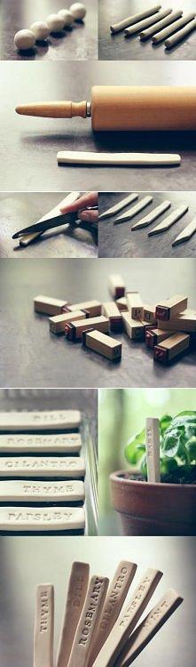 na prezent - etykiety do świeżych ziół, można dołączyć też ziarna do zasadzenia :) Zrobione z gliny (mogą być teżz modeliny)