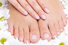 Pragniesz mieć delikatne, zdrowo wyglądające stopy? TO PROSTE! - 1. Nałóż krem do golenia na stopy. 2. W misce, połączyć równe części ciepłej wody i Listerine. 3. Namoczyć ręczn...