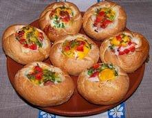 Kajzerki faszerowane jajkiem sadzonym!  Składniki: 4 bułki kajzerki, 4 jajka, 2 kiełbaski wiedeńskie, ¼ czerwonej świeżej papryki sól, pieprz, cebulka zielona.  Kiełbaski kroimy...