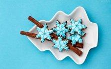 ciasteczka świąteczne zdobiące stół