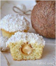 babeczki grzechu warte. :)O to KOKOSOWE MUFFINKI Z RAFAELLO  SKŁADNIKI NA CIASTO:  ILOŚĆ: ok. 12 muffinek  1 ¼ szklanki mąki pszennej 1 łyżeczka proszku do pieczenia szczypta so...