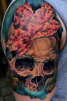 czaszka i liść klonu tatuaże na ramieniu