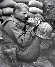 Piękne zdjęcie żołnierza z małym kotkiem