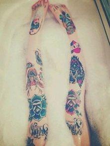 Nogi. Chude. Tatuaże. Ładnie. Tak.