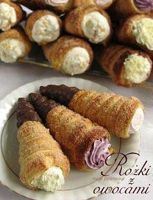 SKŁADNIKI: Rożki: 900 g gotowego ciasta francuskiego 1 roztrzepane białko około 150 g cukru Nadzienie: ½ l kremówki 2 płaskie łyżki cukru 1,5 fix do śmietany 4 truskawki (dałam ...