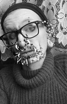 ekstremalny piercing na twarzy