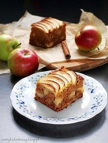 Cynamonowe ciasto z jabłkami  Składniki:  (blaszka 20×30)  2 szklanki mąki pszennej (tortowej) 1/2 szklanki płynnego miodu 2/3 szklanki cukru 4 jajka 200g masła lub margaryny + ...