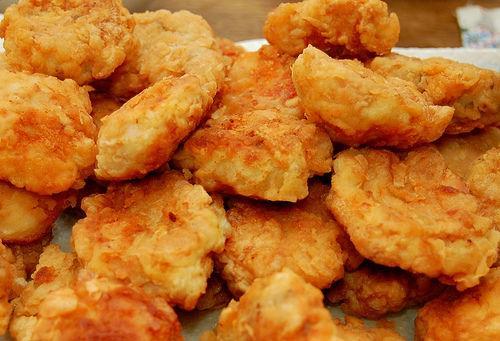 Przepis na pyszne, domowe nuggetsy  Składniki:  piersi z kurczaka starty ser bułka tarta jajko wegeta sól, pieprz  Piersi z kurczaka pokroić w paski, przyprawić. Maczać w roztrzepanym jajku z odrobiną wegety, następnie obtoczyć w bułce zmieszanej z serem. Piec około 20min. w temperaturze 180stopni.  Smacznego :)