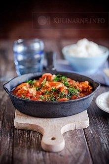 Jednogarnkowy kurczak w pomidorach   Składniki (4 porcje)  800 g pomidorów z puszki 400 g fileta z kurczaka 1 czerwona ostra papryczka 1 cebula sól, pieprz 2 łyżki oleju garść k...