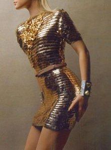nietypowa złota sukienka. Ciekawe, czy jest wygodna? :)