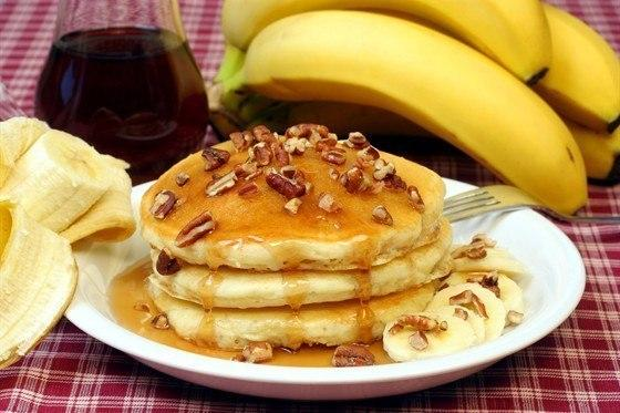 Placuszki  bananowe.   Składniki:   banany 300 g  60 ml mleka,  100 g mąki,  szczypta soli  jajko,  olej roślinny   Sposób wytwarzania:   1. Ubić jajko z solą.  2. Dodać rozgniecione widelcem banany.  3. Wlać mleko, dodać mąkę. /można dodać trochę proszku do pieczenia/. Wymieszać. Ciasto powinno mieć konsystencję gęstej śmietany.  4. Smażyć na patelni z odrobiną oleju roślinnego.