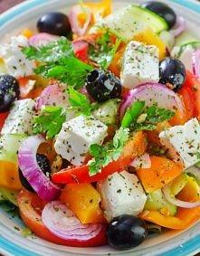 Składniki sałatka: 2 duże pomidory 1 ogórek 1 papryka połowa cebuli czarne oliwki kawałek greckiego sera feta nać pietruszki oregano
