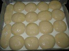 maślane bułeczki pieczone w mleku ciasto 5 dag świeżych drożdży 50 dag mąki pszennej tortowej ok. 5-10 dag mąki krupczatki 3 małe jajka albo dwa duże 6 dag masła 1/4 litra mleka...