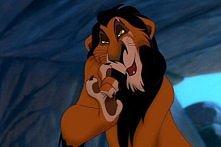 -Stryju! Wiesz, co ci powiem? -Nienawidzę zgadywanek. -Ja będę władcą Lwiej Skały! -O jak się cieszę. -Widziałem dzisiaj nasze królestwo. Będę nim rządził i już. -Tak, wybacz, ż...