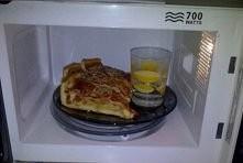 Jeśli chcesz odgrzać pizzę, włóż ją do mikrofalówki ze szklanką ciepłej wody z cytryną. Pizza będzie znów jak prosto z pieca