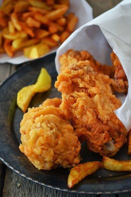 Kurczak jak z KFC  Składniki:  skrzydełka z kurczaka (ok. 500 g) sól (ok. 1/2-1 łyżeczki) 1 łyżeczka słodkiej papryki 1/2 łyżeczki ostrej papryki (u mnie więcej, gdyż lubię ostre skrzydełka) 1/4 łyżeczki pieprzu cayenne  Skrzydełka myjemy, oczyszczamy, dzielimy na dwie części. Przyprawy mieszamy, nacieramy nimi skrzydełka. Odstawiamy aby przeszły przyprawami na ok. 45 mint.  Ciasto naleśnikowe 1 jajko 1/2 szklanki mąki 1/3 szklanki mleka szczypta soli 1/2 łyżeczki słodkiej papryki szczypta pieprzu cayenne (można pominąć) 1/4 łyżeczki ostrej papryki  Wszystkie składniki miksujemy, aż uzyskamy gładkie, jedolite ciasto, powinno być dosyć gęste. Ciastem zalewamy kurczaka, wkładamy do lodówki na ok. 1 godzinę. Na ok. 30-40 minut przed smażeniem, wyjmujemy kurczaka z lodówki, aby osiągnął temp. pokojową, gdyż jeśli będziemy smażyć takiego prosto z lodówki, pomimo rozgrzania tłuszczu, temperatura oleju będzie spadać, a kurczak będzie nasiąkał tłuszczem.  Dodatkowo mąka olej (ok. 1 l) do smażenia Kuraczaka obtaczamy w mące (dosyć dokładnie), usuwamy nadmiar i smażymy we frytownicy (temp. 160 stopni) lub w głębokim garnku. Smażymy kurczaka ok. 10-15 miut (w zależności od wielkości kawałków), po wyjęciu osuszamy na ręczników papierowych. Mięso powinno być delikatne, soczyste i miękkie.